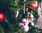 En grön julgran med dekoration